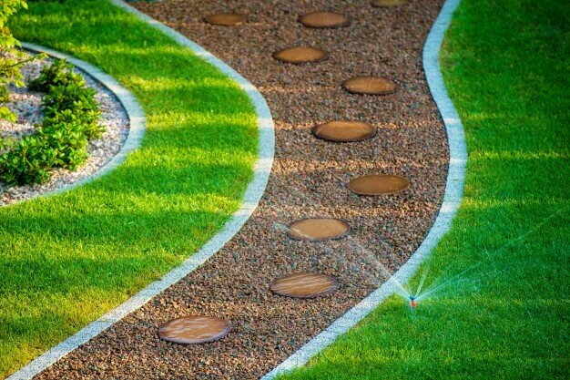 backyard-lawn-sprinkler