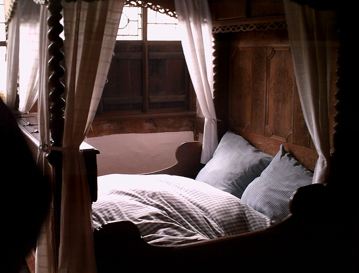 How to Make the Most Out of Your Four Poster Beds - KUKUN