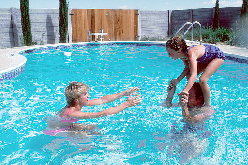 Family_playing_in_a_pool