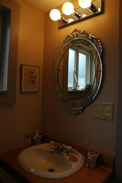 mirrors small bathroom