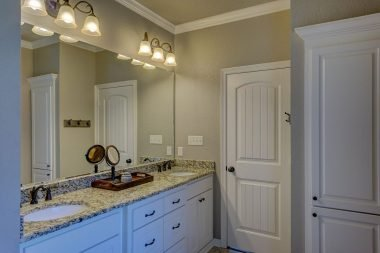 A Quick Look at Crown Molding in Bathrooms